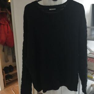 Svart stickad tröja från weekday. Osversized passform
