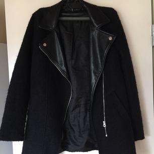 🌷Jättefin och bekväm vår-jacka från HM med fejk skinn detalj och ull-liknande textur (dock ej fodrad). Endast använd en handfull gånger, och jättebra kvalitet. Köparen står för frakt. 🖤