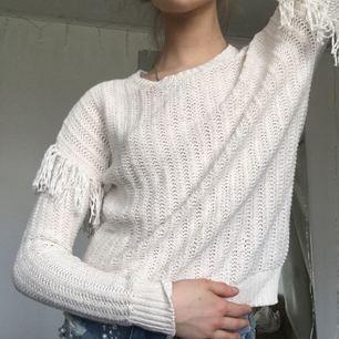 Passar XS, S. Vit stickad tröja med fransar på axlarna. Aldrig använd!  Säljer även en marinblå längre ner i flödet<3  Frakt tillkommer på 45kr
