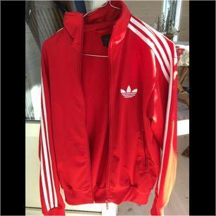 🌹Röd oanvänd Adidas tröja/ jacka utan huva i herr S men passar 36-38 också. Köparen står för frakt.