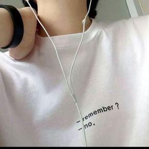 Vit T-shirt med text, nästan aldrig använd. Frakt tillkommer