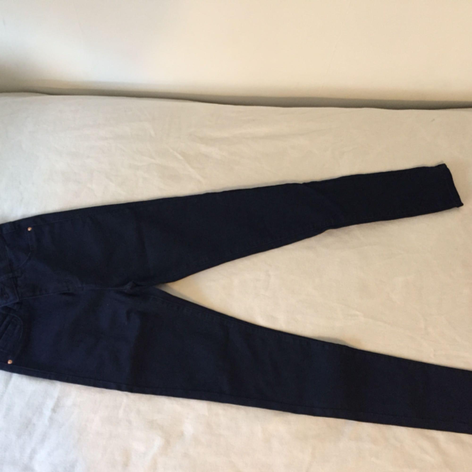 Helt nya jeans från Modanisa i navy som jag aldrig använt. Har bara legat bland mina andra oanvända jeans. Köparen står för frakten . Jeans & Byxor.