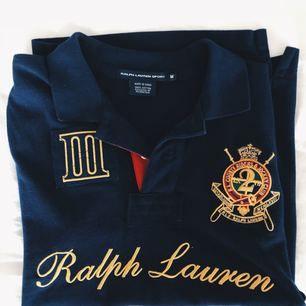 Ralph Lauren sport piké tröja i färgen mörkblå med guld detaljer. Inköpt i USA. Storlek M men skulle vilja säga att den sitter som en S. Jag står för frakten på detta plagg🎀