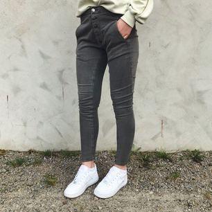 Coola byxor i skönt material. De är i mycket fint skick, endast använda 1-2 gånger 💫