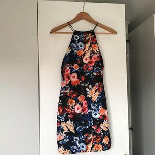 Jättefin tight klänning från missguided med smala band och djup rygg. Aldrig använd