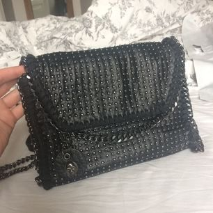 Stella McCartney inspirerad väska i svart med nitar. Mkt bra skick. Cross body bag