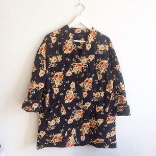 Supersnygg, blommig vårjacka från Zara. Aldrig använd! Möts upp i Göteborg eller fraktar mot betalning.