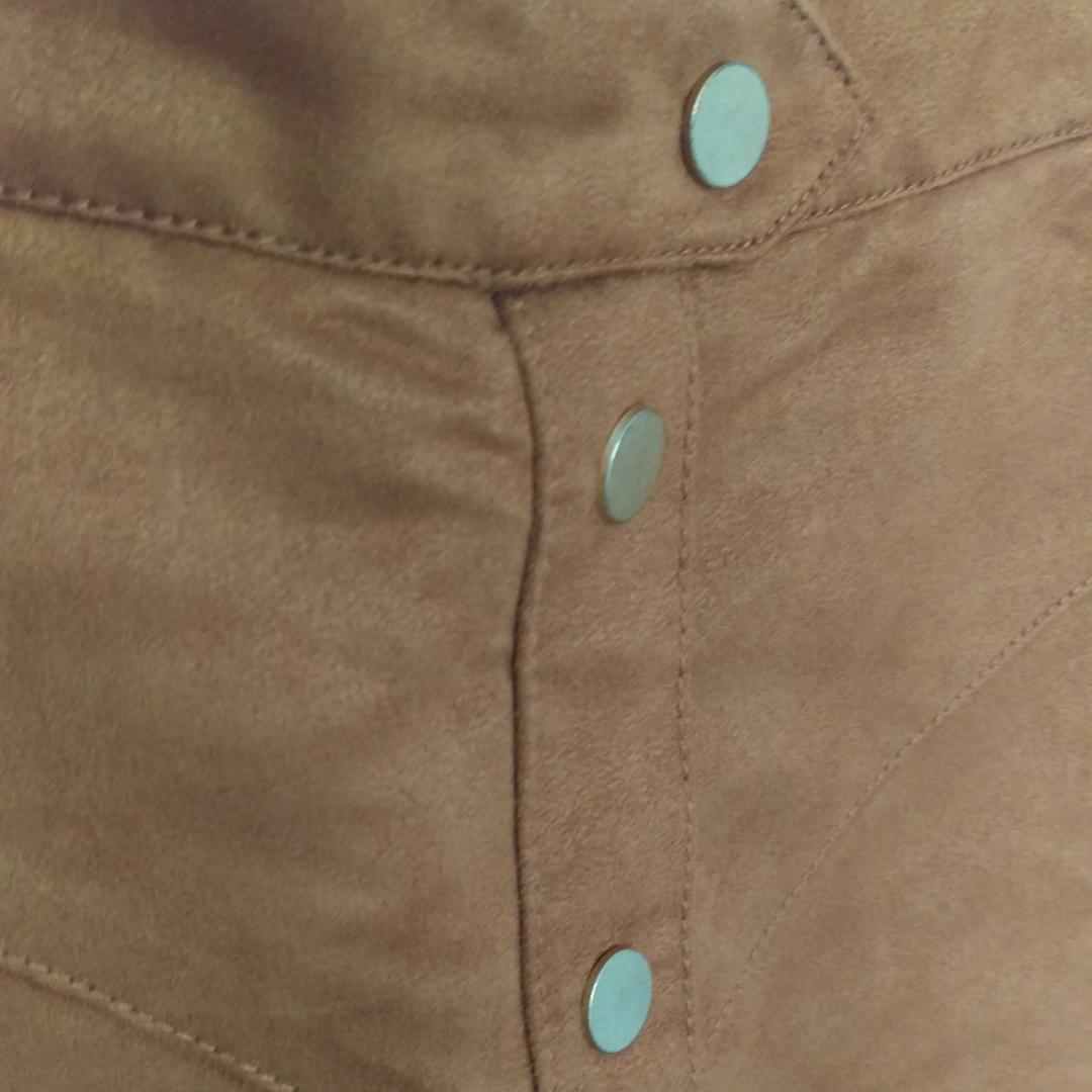 Kjol i mockaimitation med knappar fram och dold dragkedja bak. Storlek 36. Frakt 40:-. Kjolar.