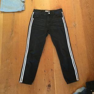 """Svarta """"boyfriend"""" jeans med vita ränder från Boohoo. Använda 1 gång. Originalpris 400kr"""