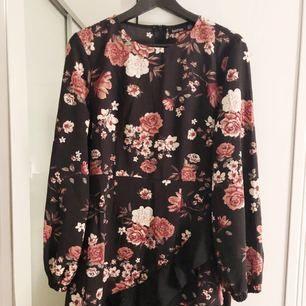 Oanvänd klänning med lapp kvar, storlek 38. 100 + frakt om den ska skickas