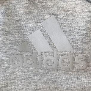 HELT NY och oanvänd!  Sportig Adidas kofta  Otroligt härligt och bekvämt material som luftar lite i sommarvärmen! Skickar gärna fler bilder 😊