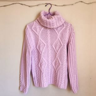 Superfin stickad tröja, köpt second hand och jag har bara använt den en gång. Säljer den då den inte används✨