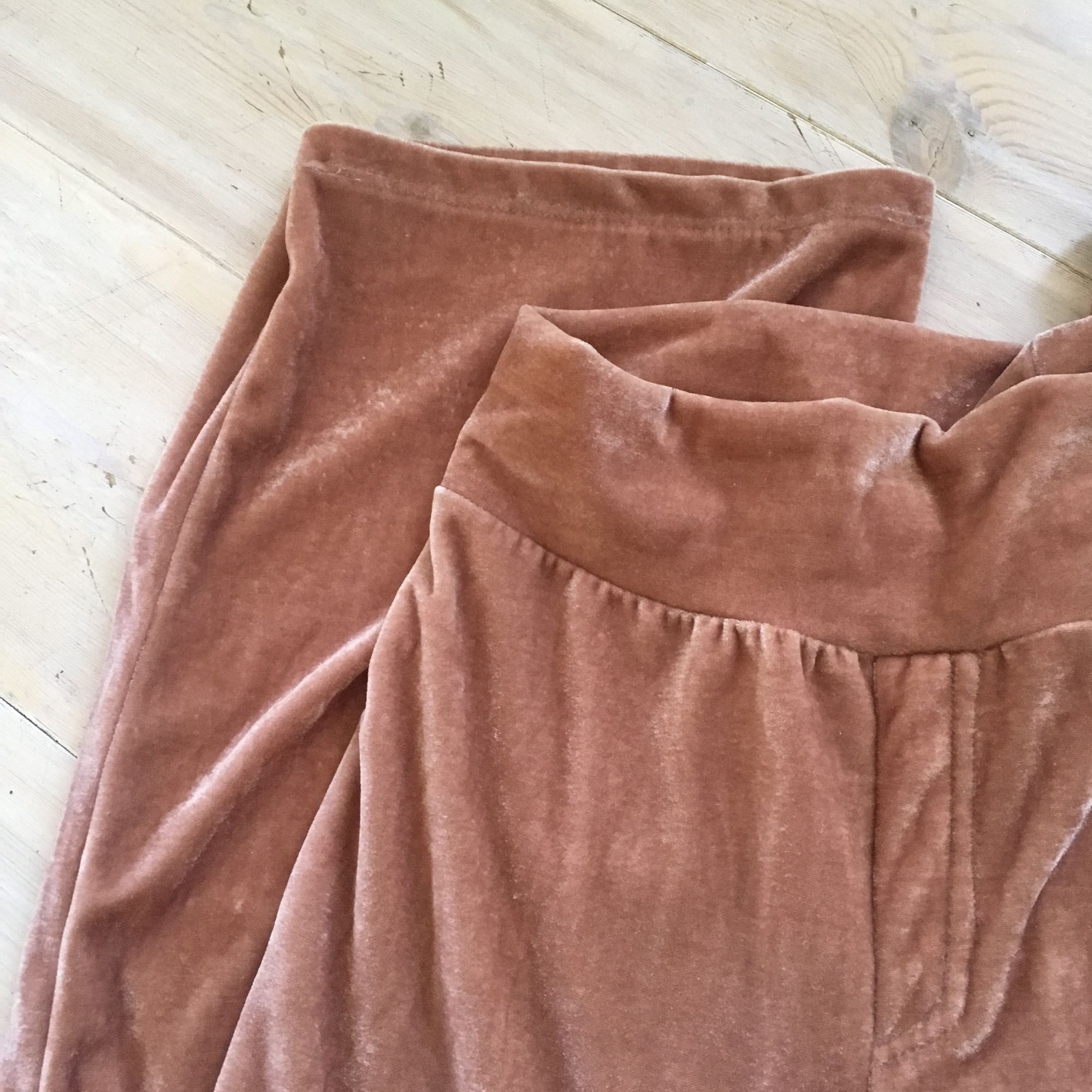 Gammelrosa festbyxor från Bik Bok i sammet. Använda en gång så i fint skick. Långa i benen. Köparen står för frakten, frakten är inte inräknad i priset. Tar swish. Jeans & Byxor.