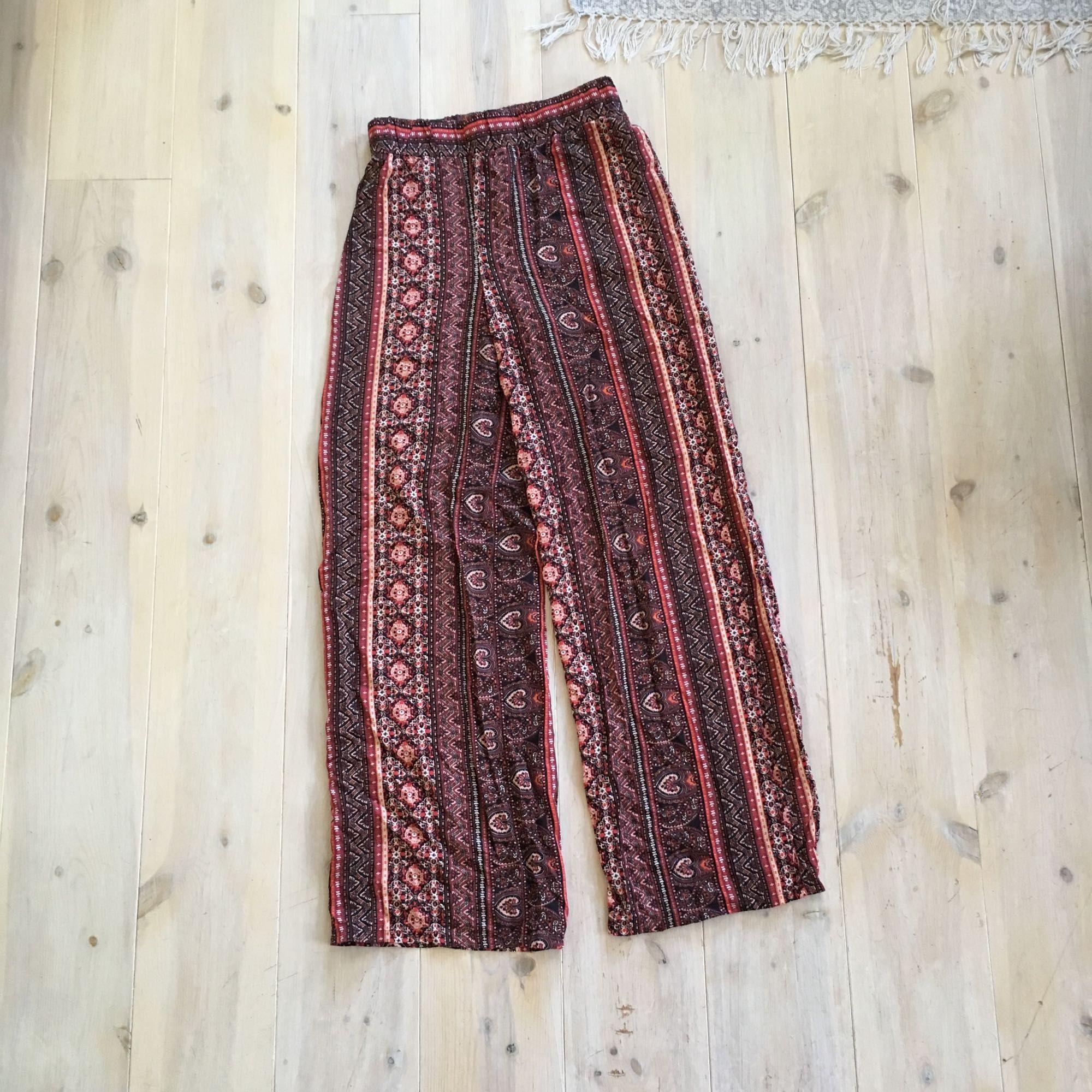Mönstrade byxor från Bik Bok, använda 1 gång.  Köparen står för eventuell frakt, frakten är inte inräknad i priset. Tar swish. Jeans & Byxor.