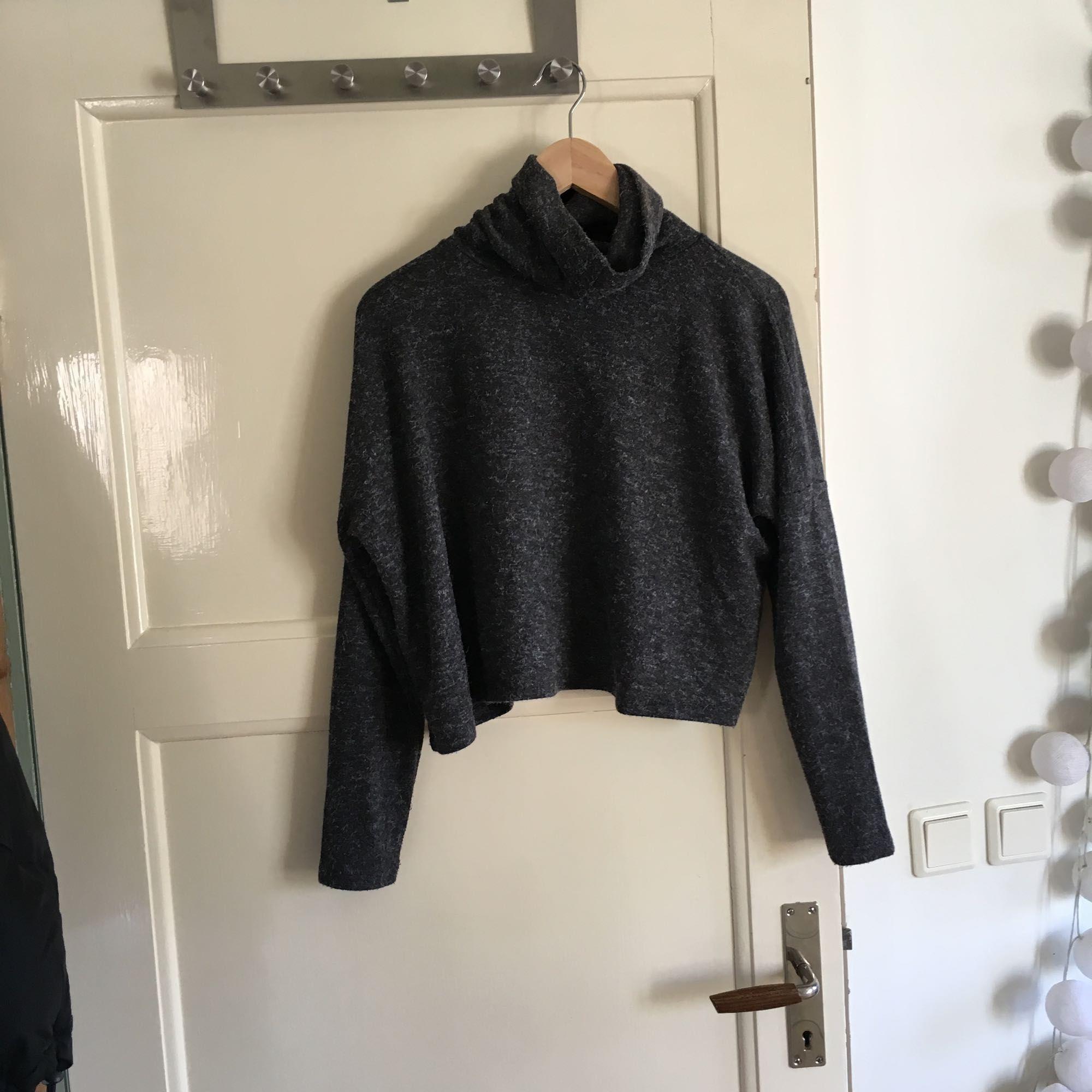 Superskön, grå, långärmad tröja från Bik Bok i lite croppad modell. Använd ett fåtal gånger så i fint skick. Inte jättetjock så perfekt till våren.  Köparen står för eventuell frakt, frakten är inte inräknad i priset. Tar swish.. Tröjor & Koftor.