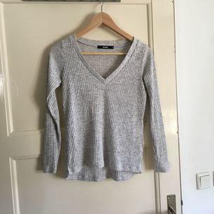 V-ringad grå tröja från Bik Bok. Använd men i fint skick. Köparen står för eventuell frakt, frakten är inte i räknad i priset. Tar swish.
