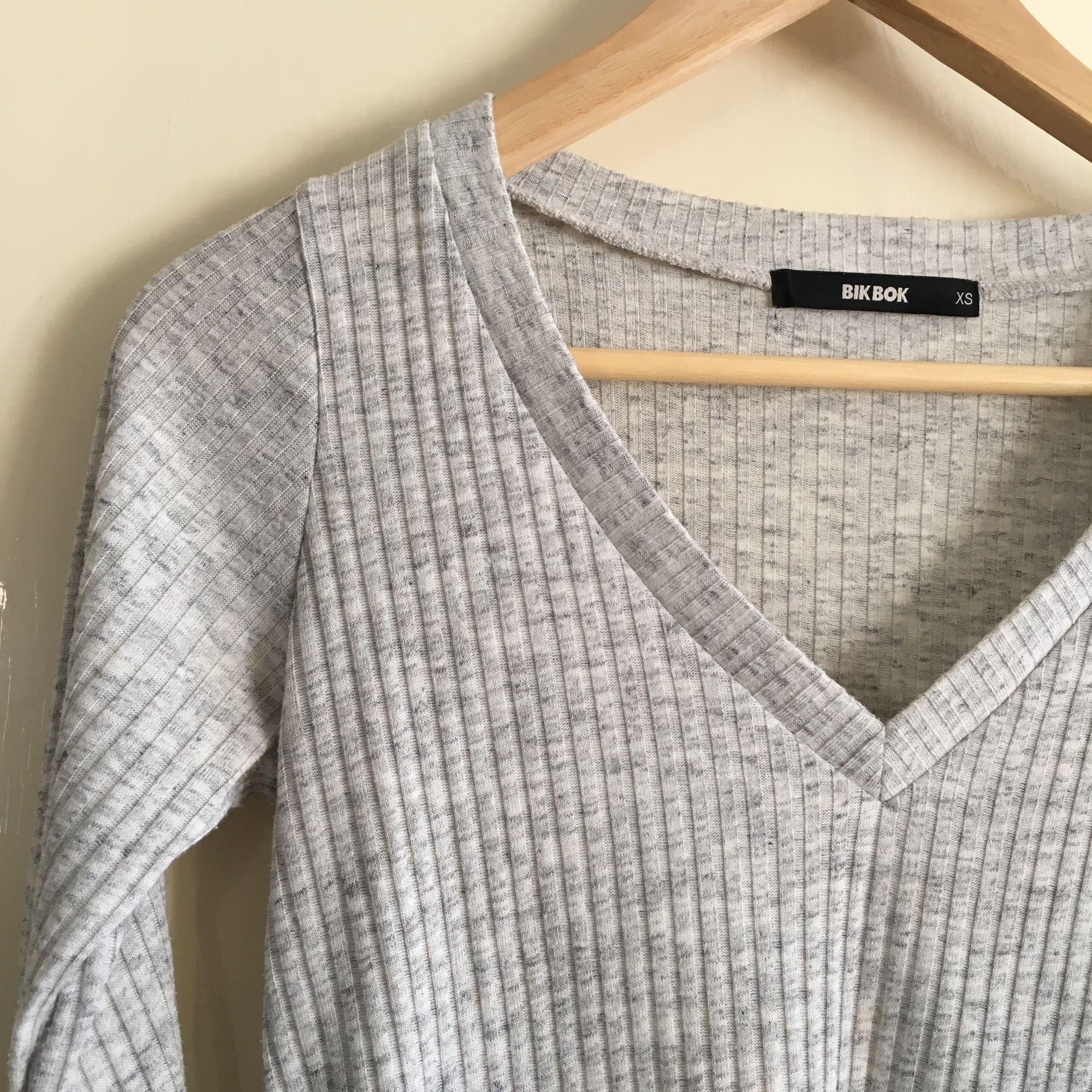 V-ringad grå tröja från Bik Bok. Använd men i fint skick. Köparen står för eventuell frakt, frakten är inte i räknad i priset. Tar swish.. Toppar.