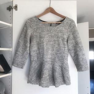 Söt tröja i tjockare material från bikbok. Använd cirka en gång!