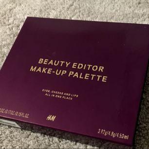 H&M limited edition palette 🌷 Innehåller: fyra ögonskuggor, rouge, bronzer och highlighter samt en make-up borste och läppglans  Nypris 249:-