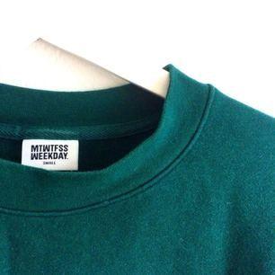 Supersnygg, grön tröja från Weekday. Använd ett fåtal gånger. Som ny! Möts upp i Göteborg eller fraktar mot betalning.