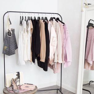 Har en hel del kläder i alla möjliga kläder! Skicka gärna om du är intresserad! OBS INTE MIN BILD