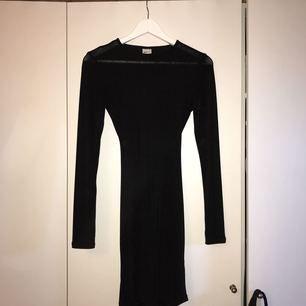 Snygg Svart klänning med hål i ryggen & baktill formar det sig efter rumpan, endast använd 1 gång förra nyårsafton!
