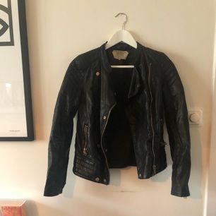 Biker inspirerad faux leather jacka från zara.  Knappt använd Köparen betalar ev frakt.
