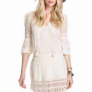 Fantastisk crémefärgad klänning med spetsar från Ralph Lauren Denim & Supply. Sparsamt använd i fint skick. Finns ett litet hål på spetsen vid axelsömmen. Dyr i inköp, så ett riktigt fynd till sommaren. Betalning via Swish, frakt på 69:- tillkommer.