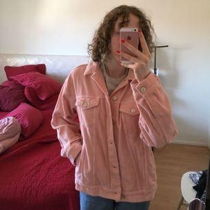 Jättefin jacka som knappt är använd. Köpt på Urban Outfitters. Ljusrosa och i textilen Manchester. Tunn och funkar bra till sommaren. Nypris låg på ca 600kr.