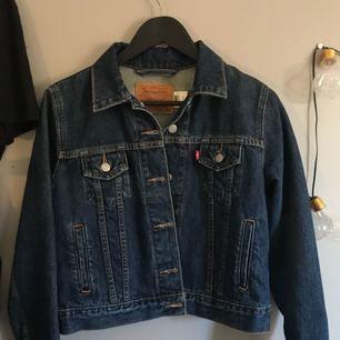 En fin mörkblå jeansjacka från levis! säljs då jag inte använder den lika mycket som den borde användas. Fint skick och inga defekter. Kan frakta men då står köparen för frakt😝