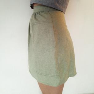 Inklusive frakt! Jättefin kort kjol i tunt ulltyg! Dragkedja bak och två bra fickor på sidorna. Färgen är helt jämngrön i verkligheten, inte så flammig som på bilderna. Verkligen jättesnygg och bra kvalitet, men måste tyvärr sälja pga lite för liten.