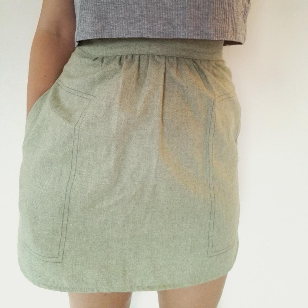 Inklusive frakt! Jättefin kort kjol i tunt ulltyg! Dragkedja bak och två bra fickor på sidorna. Färgen är helt jämngrön i verkligheten, inte så flammig som på bilderna. Verkligen jättesnygg och bra kvalitet, men måste tyvärr sälja pga lite för liten.. Kjolar.