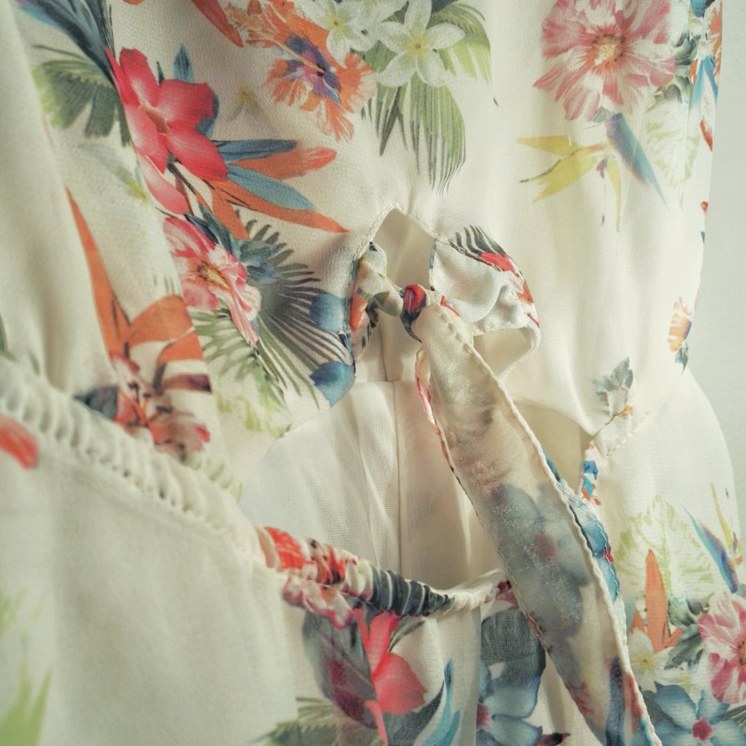 Inklusive frakt! Superfin lätt klänning med cutout vid magen i höjd med midjan. Så snygg på, tyget faller jättefint! Lagom lång och knäpps med en dragkedja på sidan. Säljer pga för liten.. Klänningar.