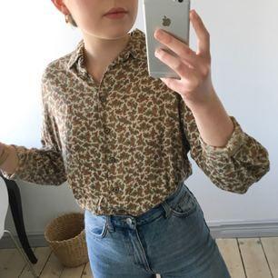 Cool paisleymönstrad skjorta i mjukt material. 60-talskänsla och superfina färger! Köpt på Humana i Stockholm. Köparen står för frakt och betalning sker via swish✨