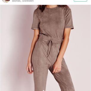 Superfin jumpsuit i suedeliknande material från missguided söker kärlek! Bra skick