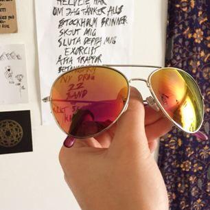 Häftiga polariserade solglasögon! Ser lila ut framifrån men gula från sidan!! Har en pytteliten fläck på ena glaset men det är inget man lägger märke till 🧡