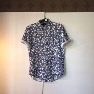 En riktigt snygg skjorta från Zara med coolt mönster. En personlig favorit. Köpte den i slutet av förra sommaren så inte använd så mycket! OBS: ett litet hål (3-4mm) på högerarmen men det syns inte om man viker upp ärmarna. :)