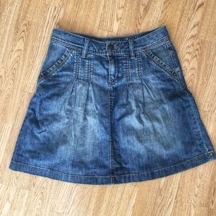 WILL BE DONATED JUNE 10th IF NOT SOLD. NAME YOUR PRICE AND PICK IT UP! 😄 Gullig jeanskjol som sitter bra men är lite för stor för mig (jag brukar vara en vanlig 36).  Köpte andrahand, och har själv inte använt den. Jätte bra skick.