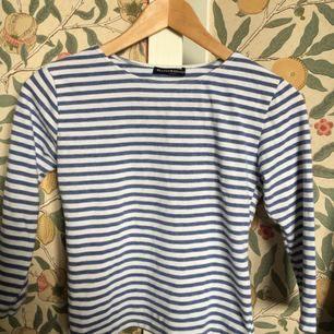 tröja från brandy melville, köptes med ett litet hål (bild 3) dock märks det knappt men därav ett billigare pris:-)