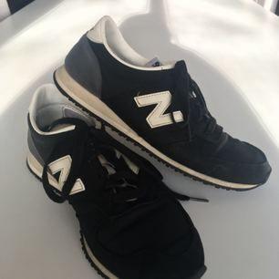 New Balance skor i storlek 38.5. Använda men fortfarande i fint skick, perfekta nu till våren❤️ Köparen står för frakt