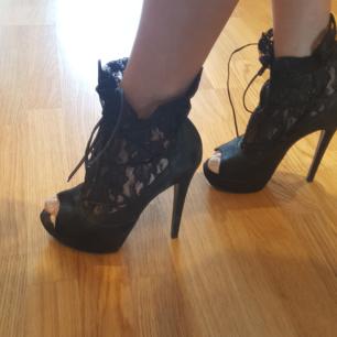 Klack från Office shoes i London  Material: svart nubuck och spets samt snörning.  Storlek: 39 Användning: endast   1 gång  Klackhöjd: ca 11 cm