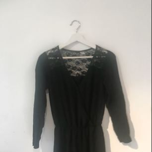 Supersnygg jumpsuit från H&M, funkar både till vardags och finare tillfällen!!! Resårband i midjan och vida ben😍