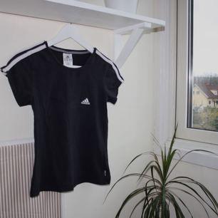 svart t-shirt från adidas. sparsamt använd. kan mötas upp i göteborg eller frakta (isf står köparen för frakten). fler bilder kan ges på efterfrågan.