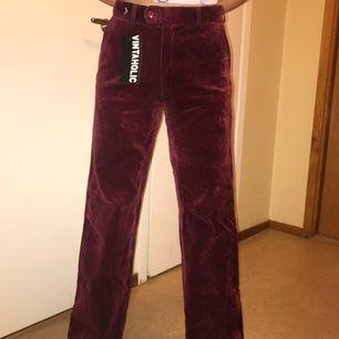 Fantastiskt fina röda sammetsbyxor! Köpa second hand men tycärr för små för mig. Köp!❤️