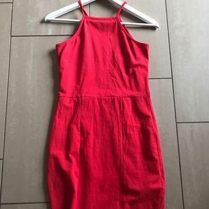 Röd tight klänning från Nelly, använd 1 gång. Passar som xsmall oxå💕