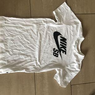 Nike T-shirt, passar även som medium.