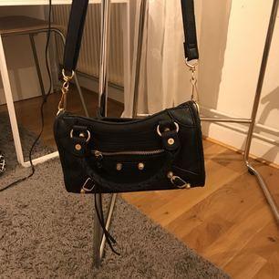 Liknande balenciaga väska! Superfin!! Toppen skick!! Köpte den för 900kr använd 1gång// priset inkl frakt!