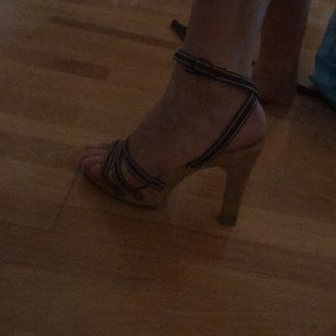 Vintage klackade sandaler, trä sula/klack och brunvita tygremmar. Köpta second hand.