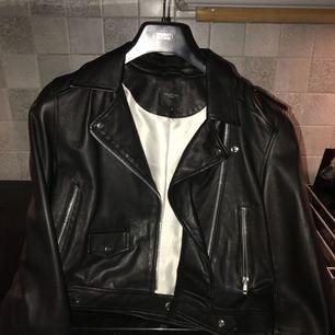Snygg svart skinnjacka från Selected Femme, storlek 38 men passar 36! :) Använd ett fåtal ggr!