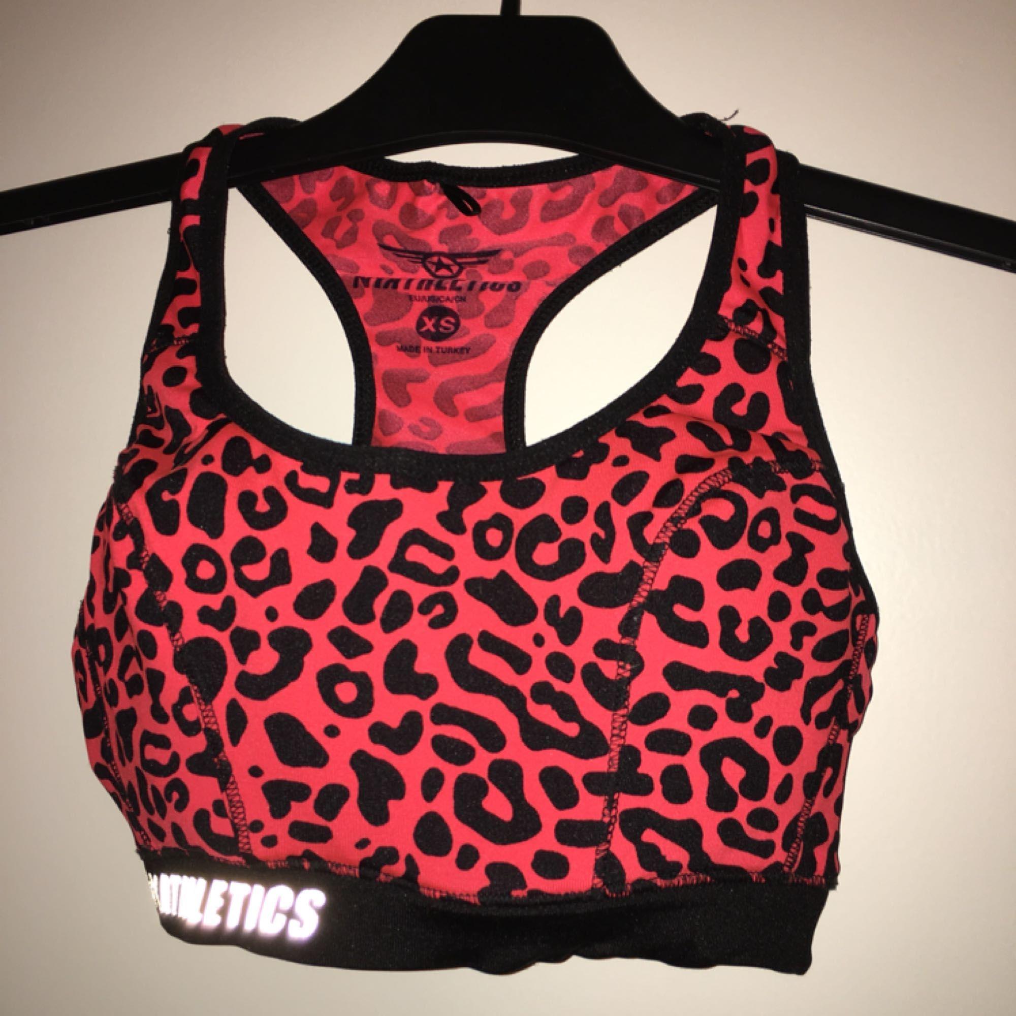 Vadderad sport-bh i rosa leopardmönster. Köparen betalar eventuell frakt. Toppar.